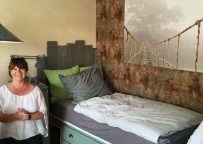 Frau Tank vor dem Bett in der Ladestation